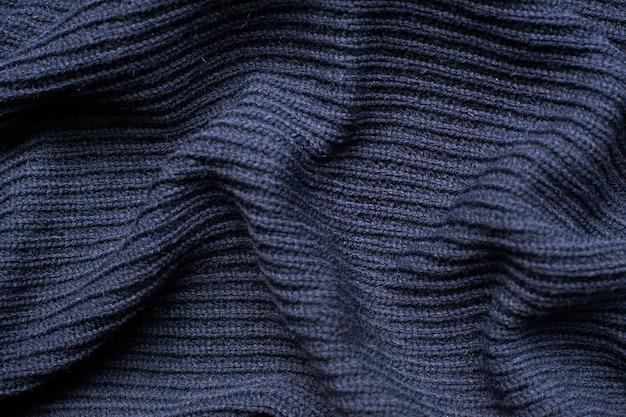 Складки на ткани, трикотаж темно-синего цвета, складки.