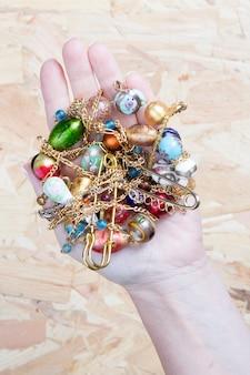 豊富な色の宝飾品
