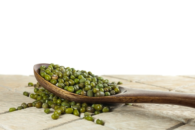 木のスプーンにたっぷりの緑豆
