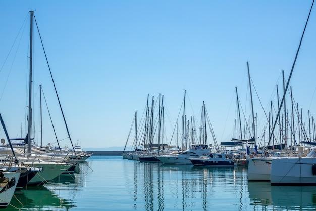 晴れた夏の日にボートの駐車場にたくさんのセーリングヨット