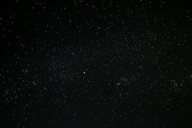 夜空と月にたくさんの星