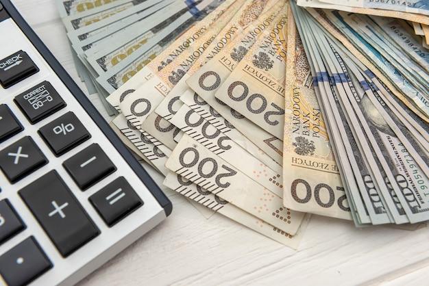 Pln 폴란드어 돈과 계산기 비즈니스 및 교환 개념으로. 통화