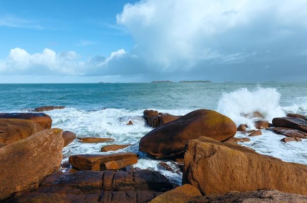 プルマナッハ海岸春ビュー ペロス ギレック、ブルターニュ、フランス。ピンクの花崗岩の海岸。