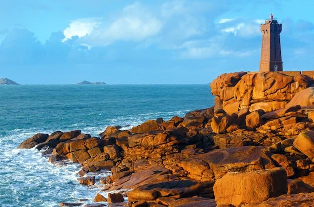 プルマナッハ灯台の夕景、ペロス ギレック、ブルターニュ、フランス。ピンクの花崗岩の海岸。