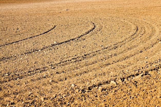 耕作された肥沃な土壌は、農産物の良い作物を生産するために栽培されている農地です