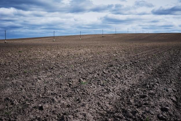 봄 날에 보았다고 필드입니다. 작물을 심기위한 경작 된 토양