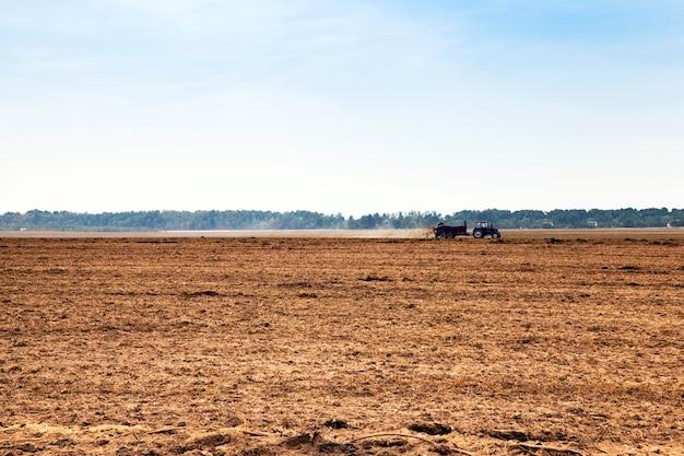 耕作地のために耕された-耕作された土地、新しい作物を育てて生産するために