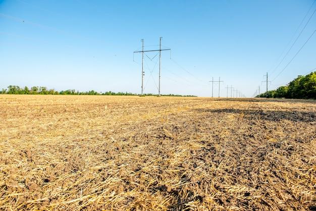 Вспаханное пшеничное поле солома в полях сельский пейзаж на фоне голубого неба
