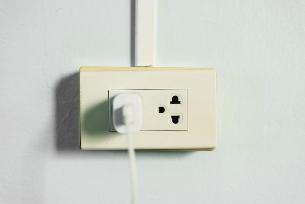 벽면의 전원 소켓 연결