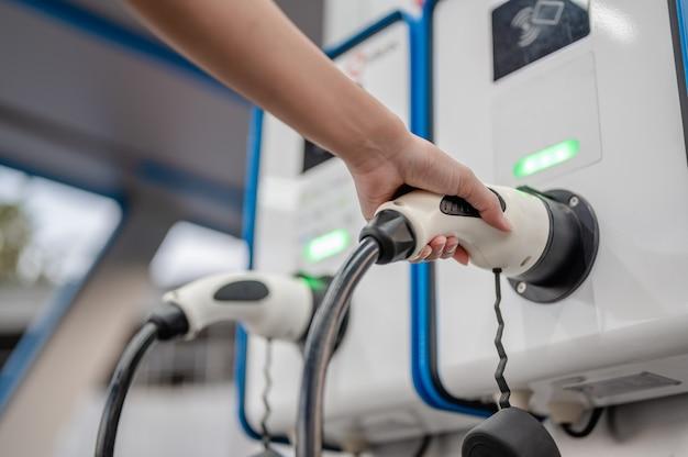 충전기를 전원에 연결하십시오. 전력을 사용하여 주행하는 차량에 연결합니다./녹색 표시등 상태 배터리가 가득 차 있습니다.