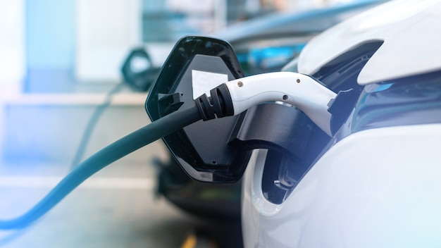 Caricabatterie collegato a due auto elettriche alla stazione di ricarica
