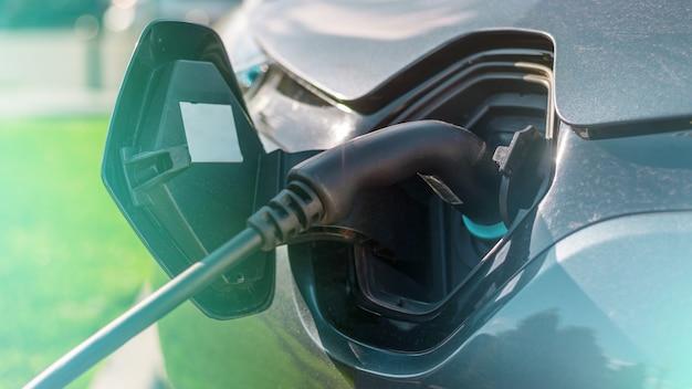 충전소에서 충전기를 전기 자동차에 연결