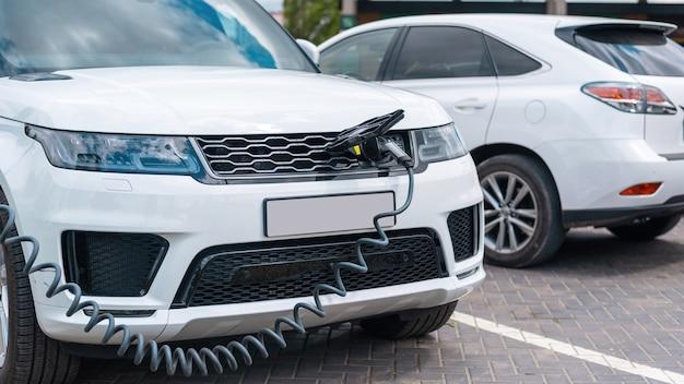 充電ステーションで電気自動車に充電器を接続