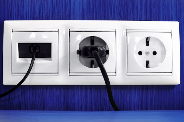 電気と電話のソケットを差し込みます。