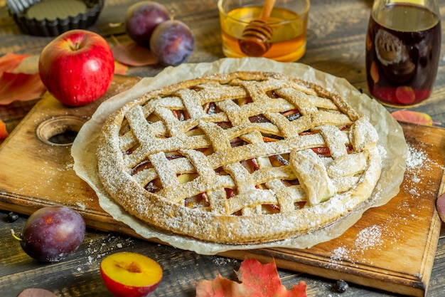プラムアップルパイ。料理。レシピ。ベジタリアンフード。 Premium写真