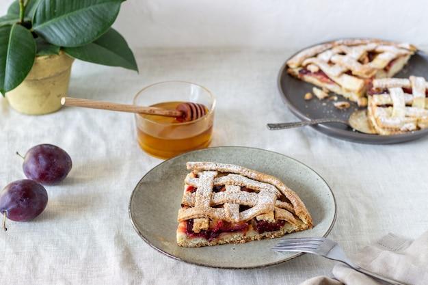 プラムアップルパイ。料理。レシピ。ベジタリアンフード。