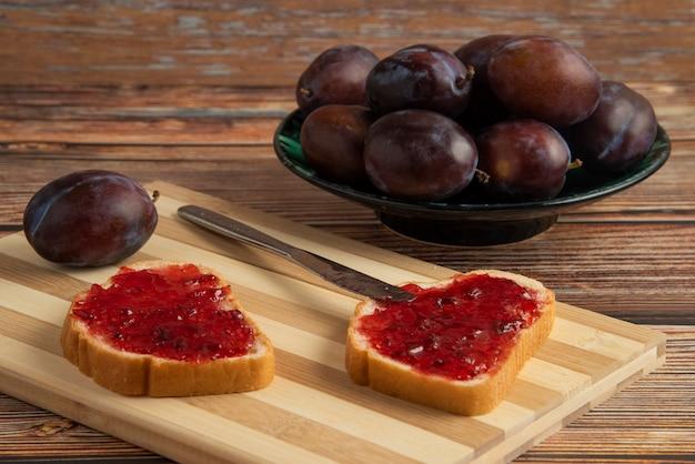 トーストパンやフルーツに梅のコンフィチュール。