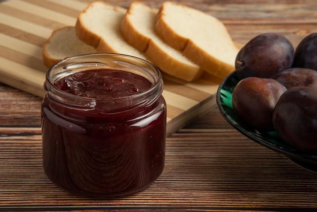 Confettura di prugne con pane tostato e frutta.
