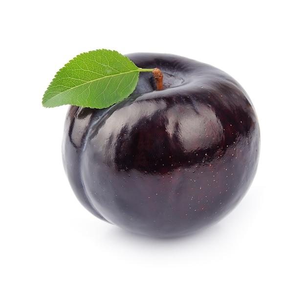 Плоды сливы на белом фоне