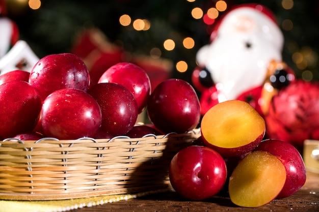 자루와 흐린 크리스마스 장식 나무 테이블에 고리 버들 바구니에 매
