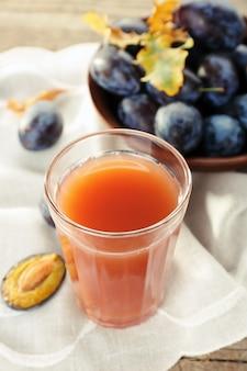 フレッシュフルーツの入ったグラスに入った梅ジュース