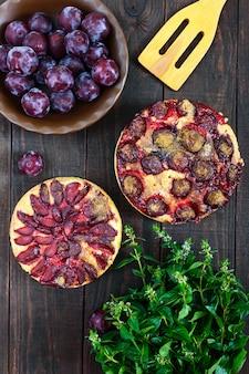 暗い木製の梅のパイ。アメリカの伝統的なペストリー。