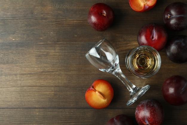 나무 테이블에 매실 보드카 샷과 재료