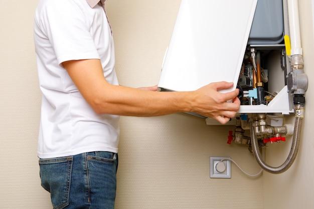 배관공은 주거용 난방 장비 문제를 해결하기 위해 첨부합니다. 가스 보일러 수리