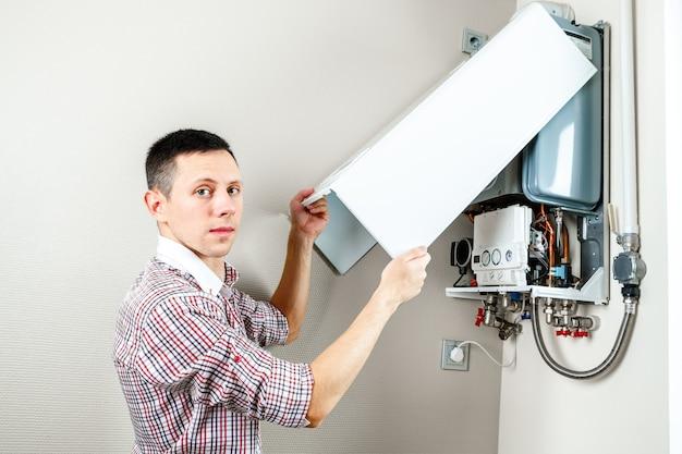 配管工は、住宅用暖房設備の問題を解決しようとしています
