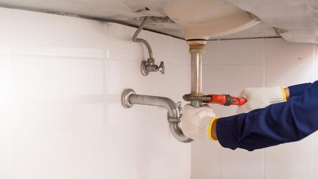 調節可能なレンチが付いている配管工の固定流し台。