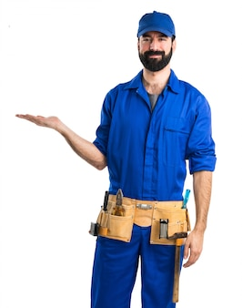Водопроводчик держит что-то