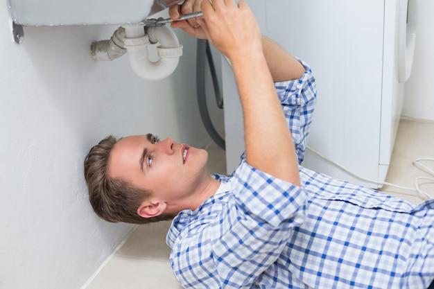 Ремонт водопроводчика для умывальника в ванной комнате