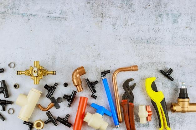 作業用手袋の給水を含むさまざまな工具や配管材料を配管工