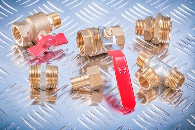 溝付き金属面の配管設備