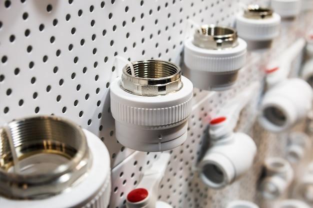 配管、水を接続するための配管および付属品の固定
