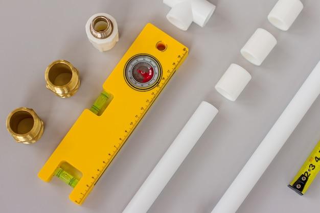 측정 레벨 및 눈금자가 있는 배관 설비 및 배관 부품. 배관 평면 배치 개념 배경 복사 공간.