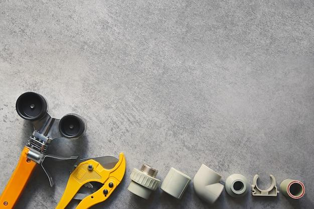 큰 복사 공간이 있는 회색 배경의 배관 도구 플라스틱 파이프 pp 및 pvc 용접 도구