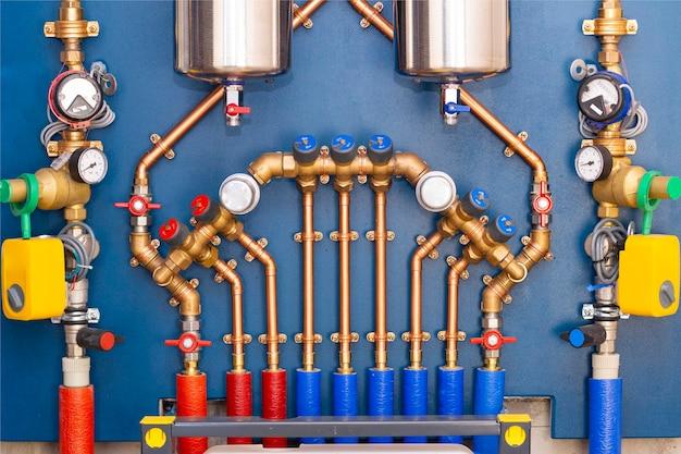Сантехнический узел для ввода водопровода в дом. медная обвязка, глубокий фильтр, система защиты от протечек, счетчики, редуктор давления.
