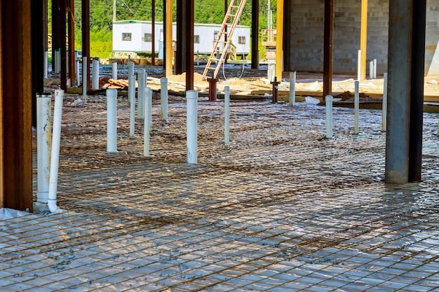 建設中の衛生塩ビ下水管の組立システムの配管工事