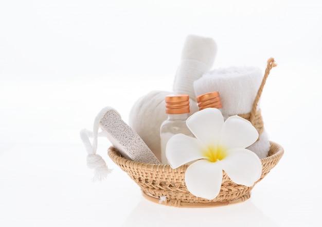 Средства для ванны и ухода за кожей с цветком спа plumeria на белом