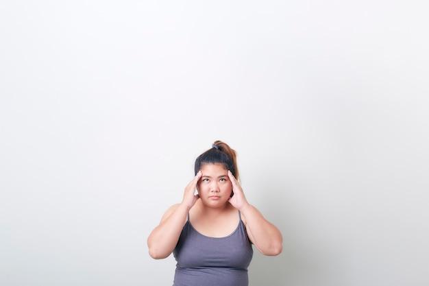 運動中の肉付きの良い女性の頭痛