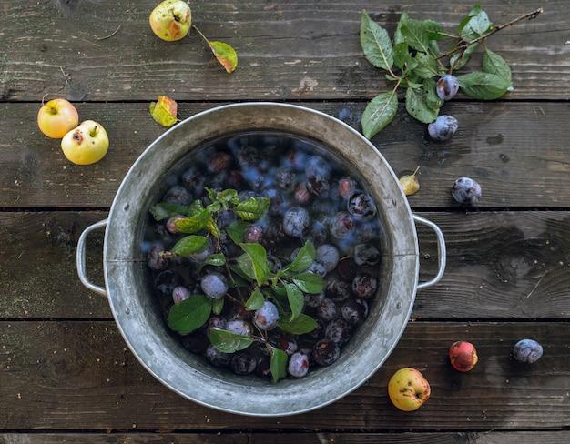 小さな桶の中の水に浸る梅