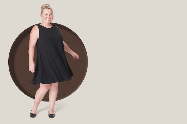 플러스 사이즈 패션 여자 검은 드레스와 함께 포즈, 복사 공간