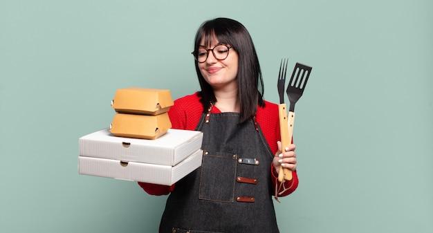 Плюс размер красивая женщина доставляет кулинарию, забирает концепцию быстрого питания