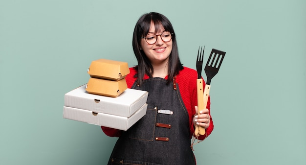 プラスサイズのきれいな女性が料理を提供し、ファーストフードの概念を奪う