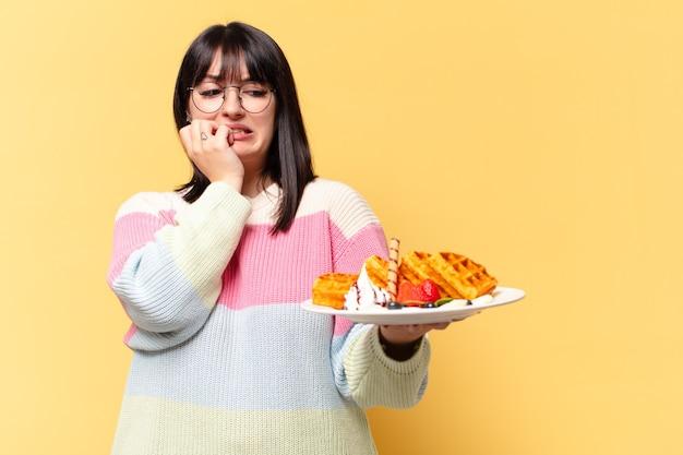 ワッフルを食べるプラスサイズのきれいな女性