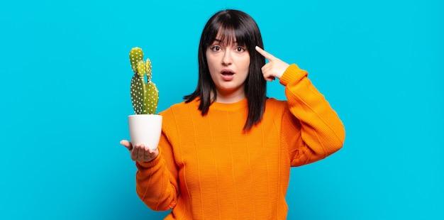 驚き、口を開けて、ショックを受けて、新しい考え、アイデア、または概念を実現しているプラスサイズのきれいな女性