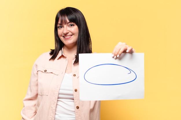 紙の備考シートを示すプラスサイズのきれいな女性
