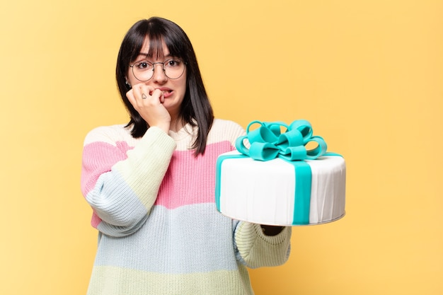 誕生日ケーキとプラスサイズのきれいな女性