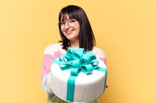 Плюс размер красивая женщина с праздничным тортом